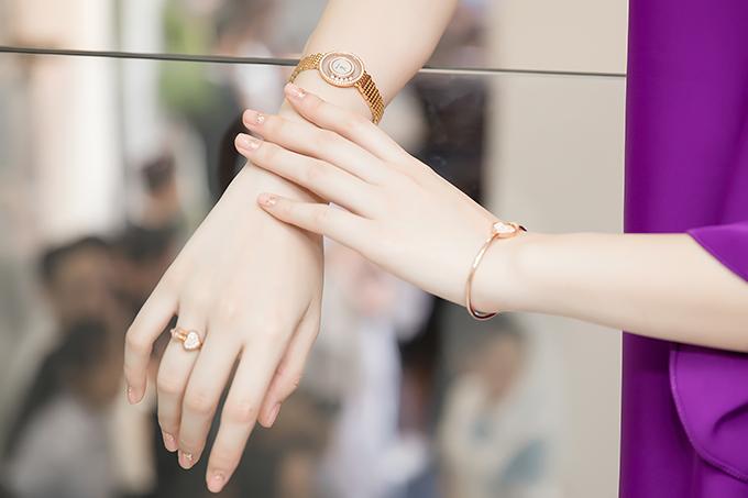 Cùng với bộ cánh hợp xu hướng mới, Nữ hoàng thảm đỏ còn chọn các phụ kiện nhưđồng hồ, vòng tay, nhẫn và hoa tai của Chopard trị giá tổng cộng 1 tỷ đồng.