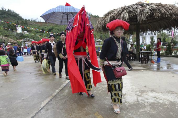 Ngay tại Lễ hội Ẩm thực và không gian văn hoá Tây Bắc 2018, du khách sẽ được chứng kiến trọn vẹn một đám cưới của người Dao, từ bộ váy và chiếc khăn trùm đầu cầu kỳ, đến mâm cỗ cưới người Dao độc đáo và các tục lệ thú vị đậm màu sắc văn hóa bản địa.