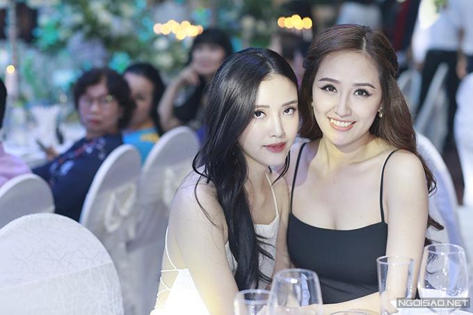 Dù không hoạt động showbiz nhưng Mai Ngọc Phượng khá thân thiết với nhiều người đẹp nổi tiếng. Cô và chị gái Mai Phương Thúy đã chuẩn bị, sửa soạn đến tiệc cưới của Tú Anh từ rất sớm.