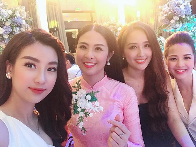 Mỹ Linh, Ngọc Hân và Mai Phương Thúy vui vẻ tạo dáng tại đám cưới của Á hậu Tú Anh.