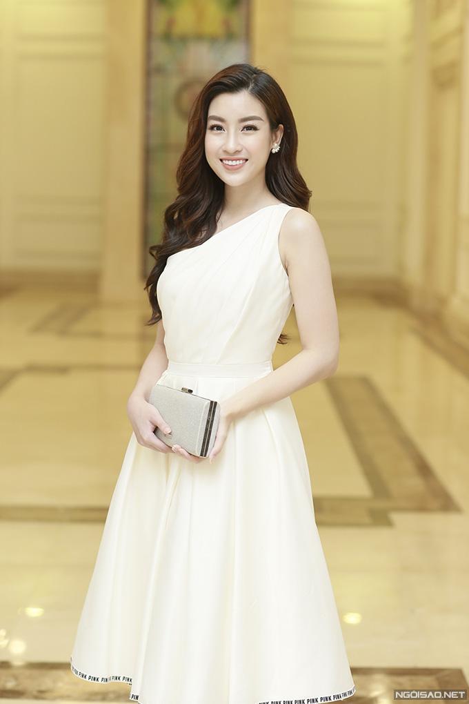 Hoa hậu Đỗ Mỹ Linh diện váy trắng bồng bềnh khi đến chung vui với đàn chị.