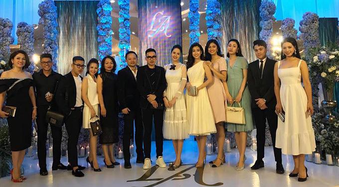 Cựu người mẫu Thúy Hằng (ngoài cùng bên phải) cũng có mặt tại tiệc cưới.