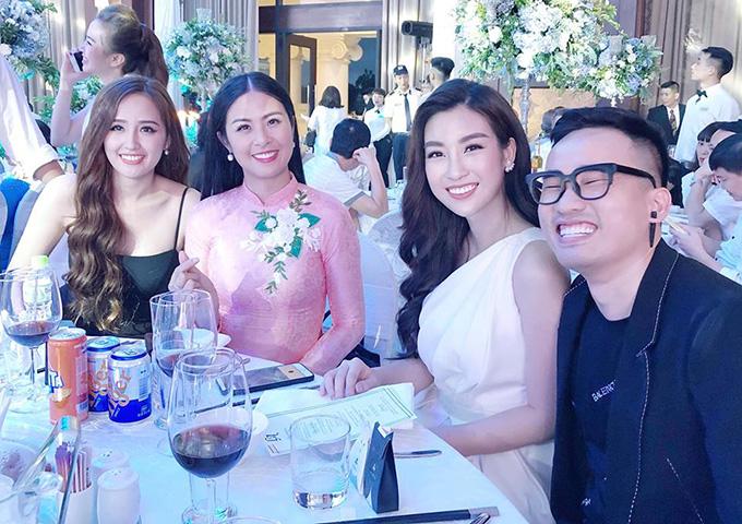 Nhà thiết kế Hà Duy cười tít mắt khi ngội ngộ dàn người đẹp tại đám cưới. Anh đã có nhiều năm đồng hành cùng Tú Anh, từ khi cô mới đăng quang Á hậu Việt Nam 2012.