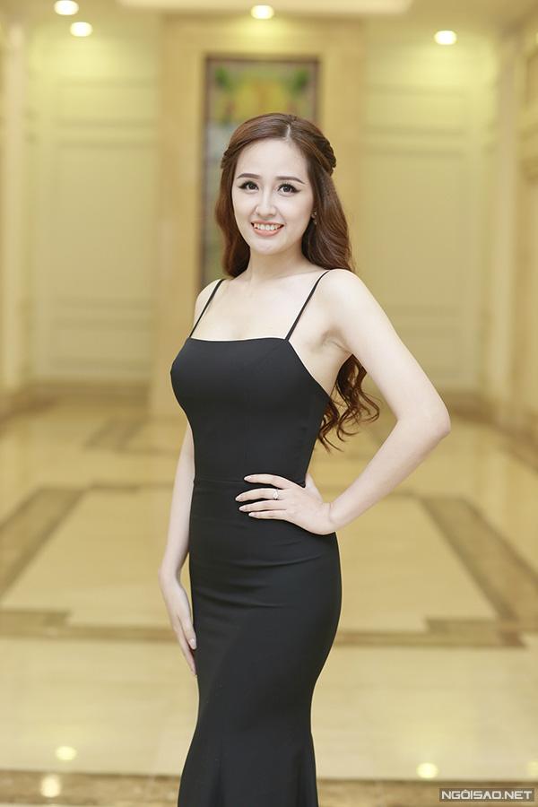 Hoa hậu Mai Phương Thúy cũng là một trong những khách mời đến dự tiệc sớm nhất. Cô và Á hậu Tú Anh có mối quan hệ thân thiết nhiều năm nay.