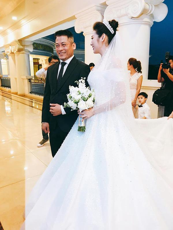 Tiệc cưới của Á hậu Tú Anh và chú rể Gia Lộc diễn ra vào tối 21/7 tại một trung tâm tiệc cưới sang trọng ở Long Biên (Hà Nội).