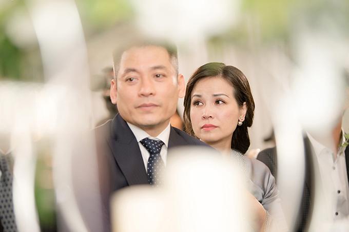Tuy nhiên, khi chứng kiến khoảnh khắc con gái chuẩn bị về nhà chồng, bố mẹ Tú Anh không giấu nổi nét buồn bã trên gương mặt.Tú Anh sinh ra trong một gia đình khá giả tại Hà Nội, được bố mẹ yêu thương, chiều chuộng từ nhỏ. Sau khi đăng quang Á hậu Việt Nam 2016, cô luôn có mẹ đồng hành trong mọi sự kiện.