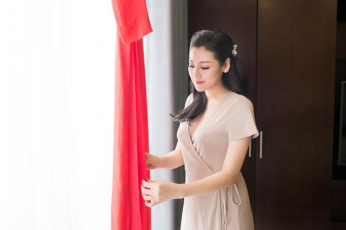 Trước khi làm đám cưới, Tú Anh thổ lộ với Ngọc Hân mong muốn được mặc một chiếc áo dài không đính kết quá cầu kỳ, thể hiện nét đẹp tinh khôi của cô dâu mới.