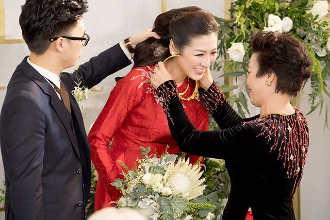 Tú Anh được mẹ chồng trao cho nhiều trang sức vàng làm quà cưới.Mối quan hệ giữa cô và mẹ chồng cũng tốt đẹp khi bà coi cô như con gái ruột.