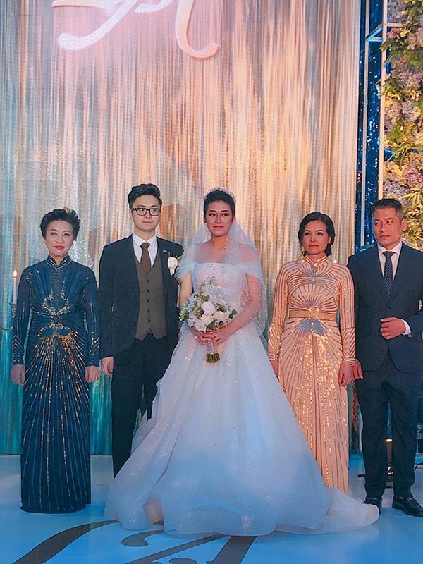 Cô dâu, chú rể và bố mẹ hai bên ra mắt quan khách. Bố của chú rể cho biết đây là ngày hạnh phúc nhất đối với gia đình.