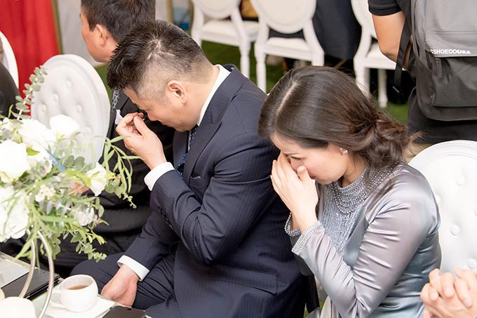 Bố mẹ Tú Anh nhiều lần bưng mặt khóc trong lễ vu quy của con gái.