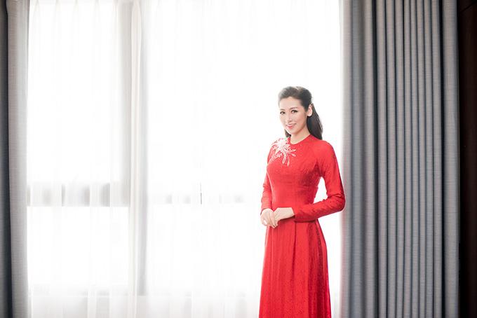 Thiết kế mộc mạc vànhưng đầy tinh tế của bộ áo dài giúp tôn lên nét thanh tân của Á hậu Việt Nam 2012 trong ngày lên xe hoa.