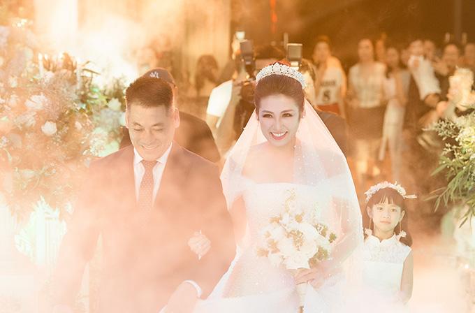 Á hậu Việt Nam cười rạng rỡ khi được bố dắt vào sân khấu, trao cho chú rể.