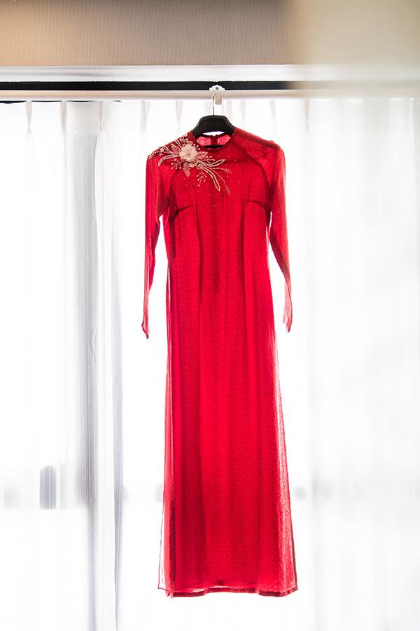 Chia sẻ với Ngoisao.net, Hoa hậu Ngọc Hân cho biết,thiết kế áo dài đỏ bằng lụavới điểm nhấn là những bông hoa mộc mạc trên ngực áo dành cho Tú Anh xuất phát từ ý tưởng về một cô gái Hà Thành dịu dàng mà nổi bật trong ngày trọng đại.