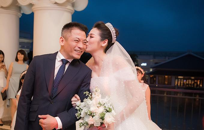 Trong lúc chuẩn bị dắt tay con gái bước vào bữa tiệc, bố của Tú Anh- ông Dương Ngọc Tùngvẫn chưa hết xúc động. Người đẹp hôn bố để lấy lại bình tĩnh trước khi bước vào buổi tiệc.