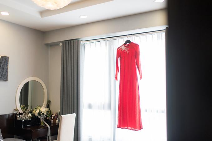 Hoa hậu Ngọc Hân mất 2 tuần để tự tay đính kết những bông hoa và ngọc lên ngực áo của Tú Anh. Sau một thời gian dài bàn bạc và thử qua nhiều kiểu mẫu, Tú Anh và Ngọc Hân mới đi đến thống nhất về thiết kế này.