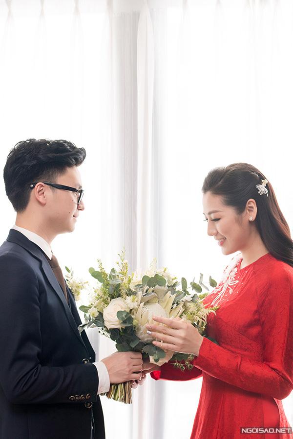 Chiều 21/7, chú rể Gia Lộc bảnh bao đến đón dâu Tú Anh. Cô dâu e thẹn khi nhận bó hoa cưới từ ông xã kém một tuổi.