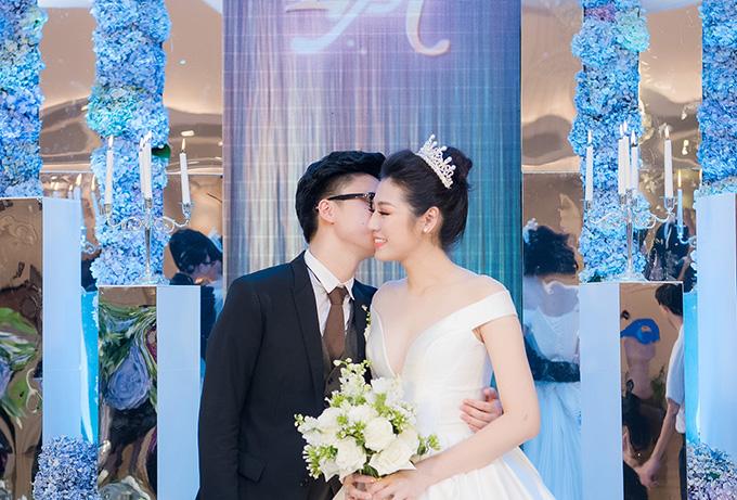 Trong suốt buổi tiệc, chú rể Gia Lộc tỏ ra rất ngọt ngào và quan tâm, chăm sóc vợ mới cưới. Sau khi dành cho Tú Anhnụ hôn ngọt ngào, anh dịu dàng giúp cô chỉnh lại tóc.