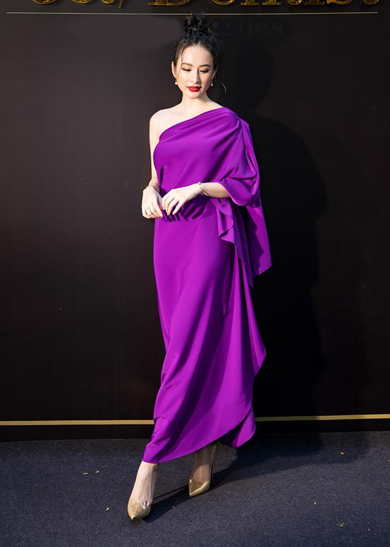 Tối 4/7, Angela Phương Trinh chọn phong cách quyến rũ và quý phái khitham dự buổi khai trương của một trung tâm nha khoa thẩm mỹ tại TP HCM.