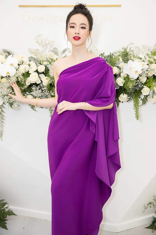 Người đẹpnổi bật tại buổi tiệc sang trọng với thiết kế váy tím kiểu dáng lệch vai.