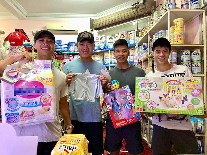 Nhóm cầu thủ HAGL mua bỉm, quần áo, đồ chơi tặng con gái mới sinh của Quế Ngọc Hải. Ảnh: FB.