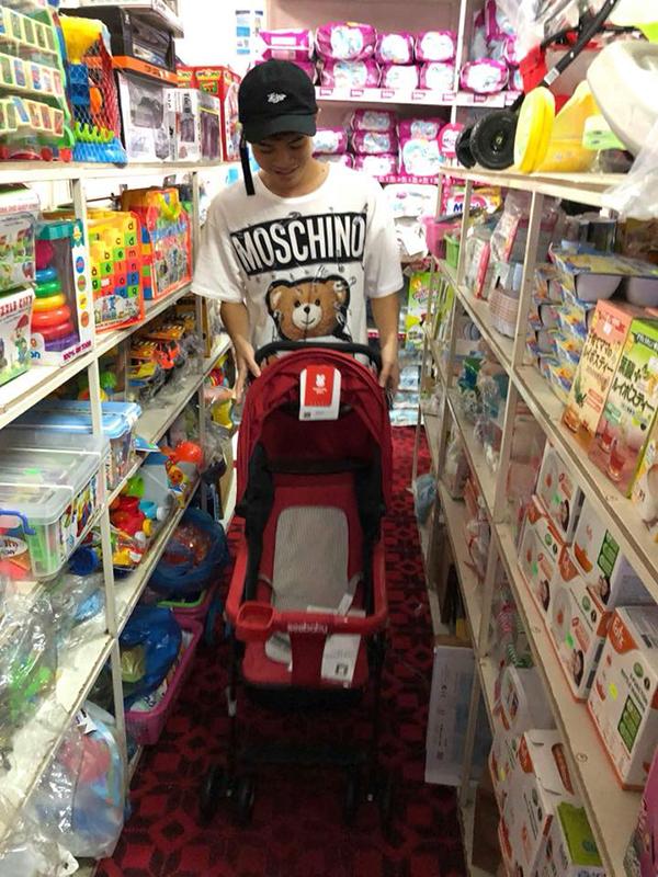 Văn Toànmua xe đẩy ở siêu thị. Ảnh: FB.