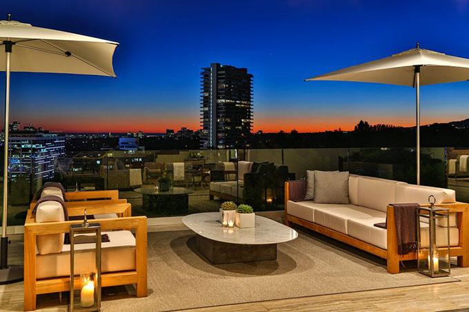 Ngôi nhà có sân thượng rộng rãi được tận dụng làm nơi thư giãn, uống trà và nấu ăn ngoài trời.