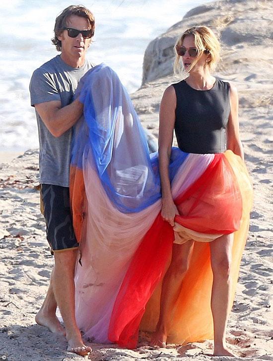 Julia Roberts được chồng nâng váy.