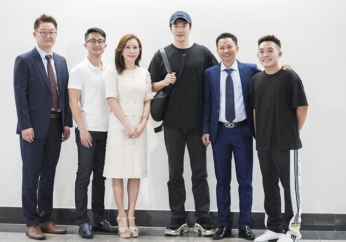 Kwon Sang Woo chụp ảnh kỷ niệm cùng Hoa hậu Thu Hoài và các đối tác ở sân bay.