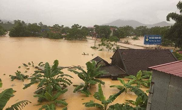 Người dân bỏ chạy khi cây cầu bị sụt mặt đường do lũ ở Phú Thọ