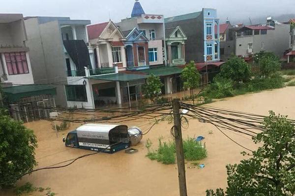 Người dân bỏ chạy khi cây cầu bị sụt mặt đường do lũ ở Phú Thọ - 1