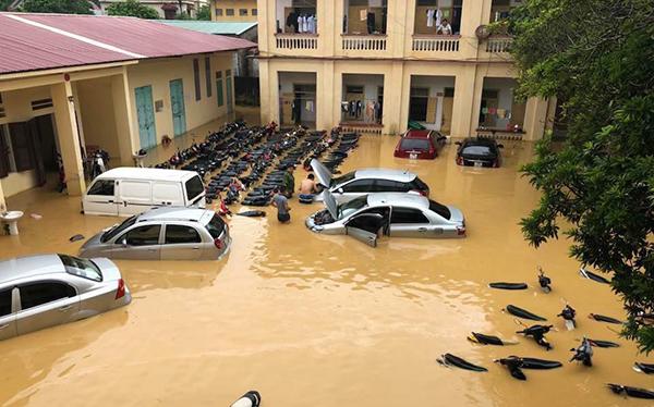 Người dân bỏ chạy khi cây cầu bị sụt mặt đường do lũ ở Phú Thọ - 2