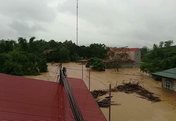 Người dân bỏ chạy khi cây cầu bị sụt mặt đường do lũ ở Phú Thọ - 3