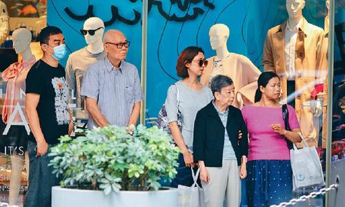 Vợ chồng Lưu Thanh Vân, Quách Ái Minh chăm chút bố mẹ già
