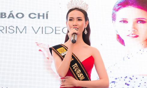 Phan Thị Mơ tự tin nói tiếng Anh trong sự kiện