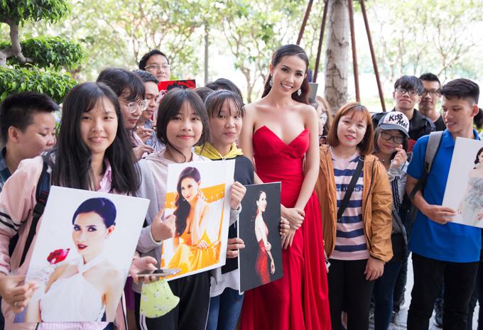 Nhiều fan teen chờ bên ngoài khách sạn để được chụp ảnh, trò chuyện với người đẹp 28 tuổi. Ngoài làm mẫu, Phan Thị Mơ còn đóng phim truyền hình, làm MC.
