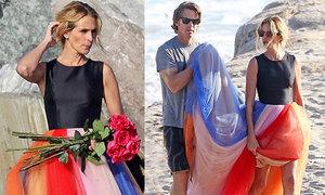 Ông xã nâng váy giúp Julia Roberts trên bãi biển