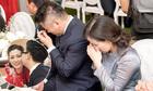 Bố mẹ Tú Anh bưng mặt khóc khi gả con gái