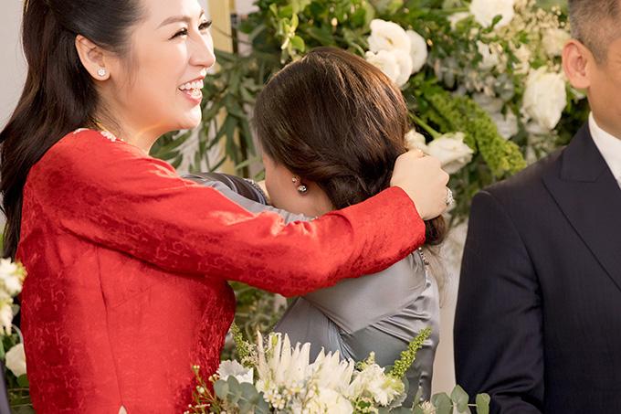 Mẹ Tú Anh thậm chí còn quay mặt đi và khóc nức nở khi trao của hồi môn cho con gái. Trong khi đó, người đẹptỏ ra rất vui vẻ, liên tục xoa tay vào lưng mẹ để an ủi bà.