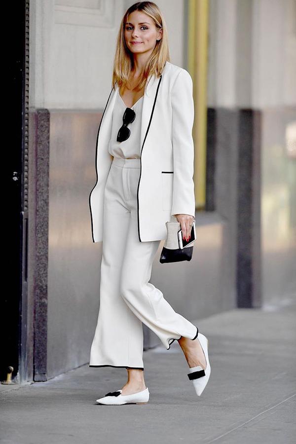 Bên cạnh sự trở lại của áo bazer kẻ trắng đen, các kiểu suit trắng thanh nhã trang trí đường viền tương phản cũng được ưa chuộng.