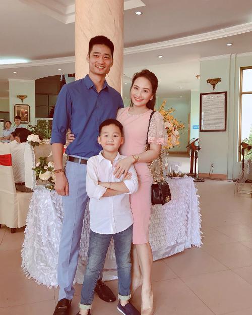 Diễn viên Bảo Thanh cùng chồng và con trai đi dự tiệc.