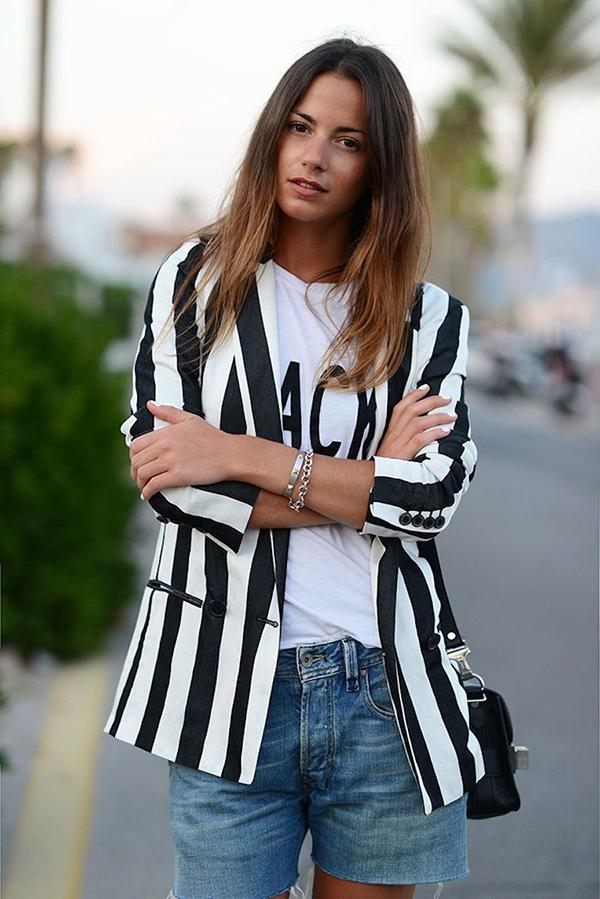 Trong không khí chuyển mùa, mẫu áo blazertrang trí sọc dọc, sọc ngang được nhiều fashionista tích cực lăng xê.