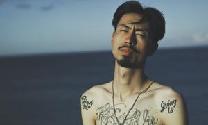 Rapper Đen cởi trần khoe hình xăm trong MV 'Đừng gọi anh là Idol'