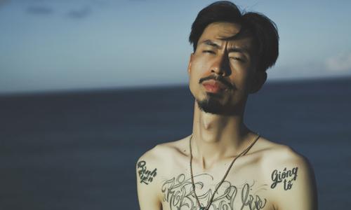 """Rapper Đen cởi trần khoe hình xăm trong MV """"Đừng gọi anh là Idol"""""""
