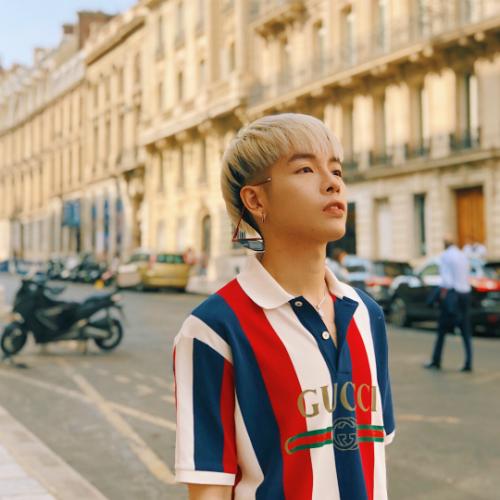 Ca sĩ Đức Phúc suy tư khi đi dạo trên đường phố Paris, Pháp.