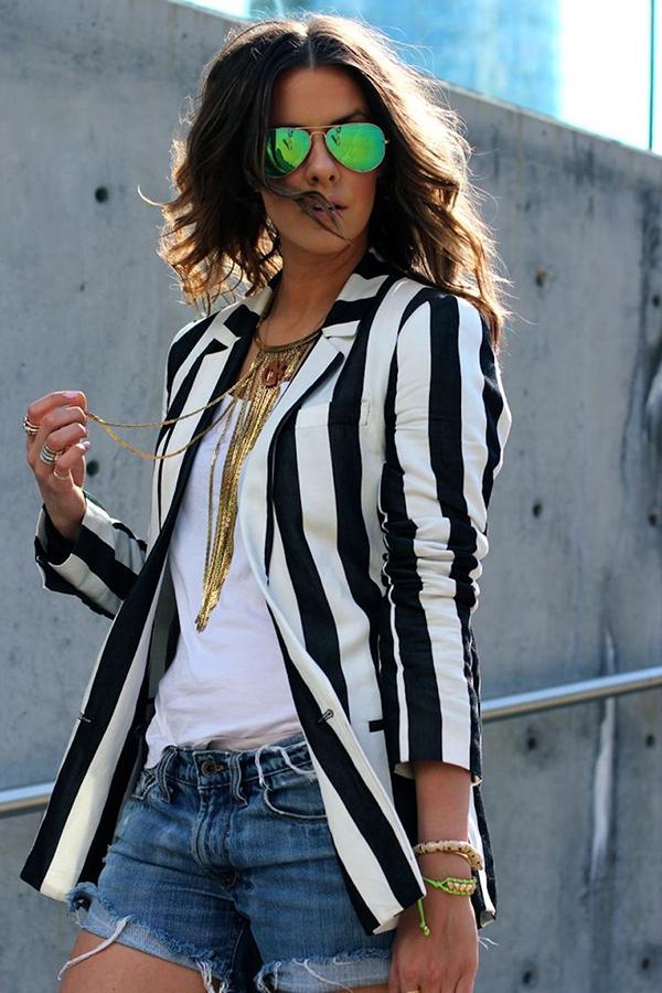 Giữa trào lưu ăn mặc thịnh hành, những cô nàng mê chưng diện dễ dàng bắt gặp lại mốt áo blazer được ưa chuộng ở nhiều mùa thời trang trước.