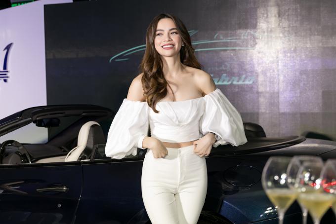 Tham dự sự kiện ngày 22/7, Hồ Ngọc Hà toát lên vẻ năng động mà vẫn gợi cảm khi kết hợp áo trễ vai cùng quần skinny tôn dáng.