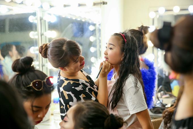 Sinh năm 2008, Khánh Linh là cô bé sở hữu ngoại hình sáng sân khấu và nhiều tài năng. Hiện đang là học sinh lớp 5 nhưng cô bé dạn dĩ này đã có kinh nghiệm làm MC cho nhiều chương trình thiếu nhi Đài Truyền hình Hải Phòng.