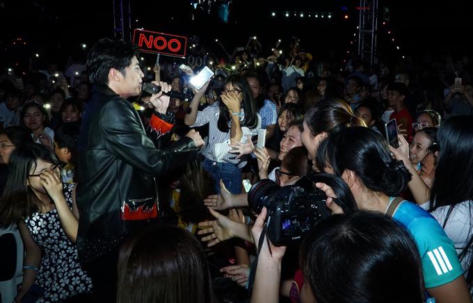 Trước sự cổ vũ nồng nhiệt của khán giả, chàng ca sĩ đã rời sân khấu, xuống giao lưu với các fan. Hàng trăm người vây quanh Noo, cố gắng xin bắt tay thần tượng.