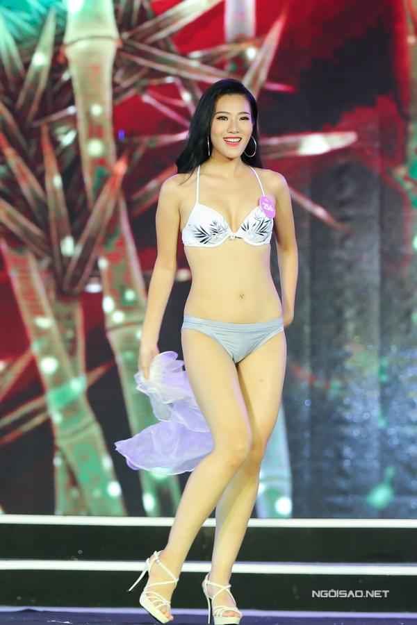 Nguyễn Hoài Phương Anh cao 1,75m, số đo 87-66-98. Cô là Hoa khôi Học viện Báo chí và Tuyên truyền.