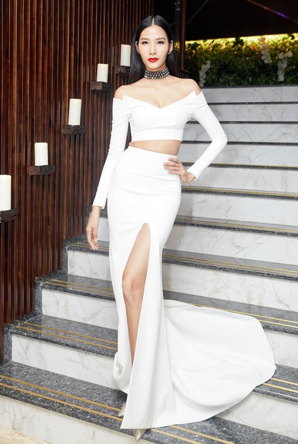 Á hậu Hoàng Thùy cũng chọn trang phục trắng ôm khít cơ thể nhằm khai thác triệt để đường cong.